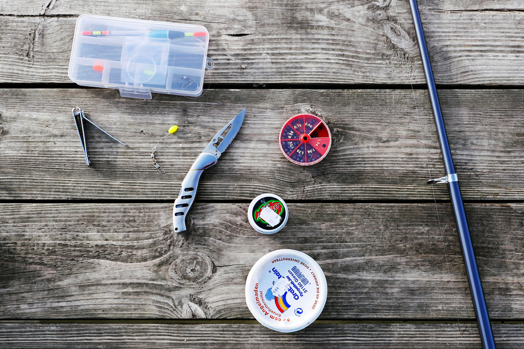 Für den Erfolg beim Angeln nach frischen Fischen braucht man einige Helferlein.